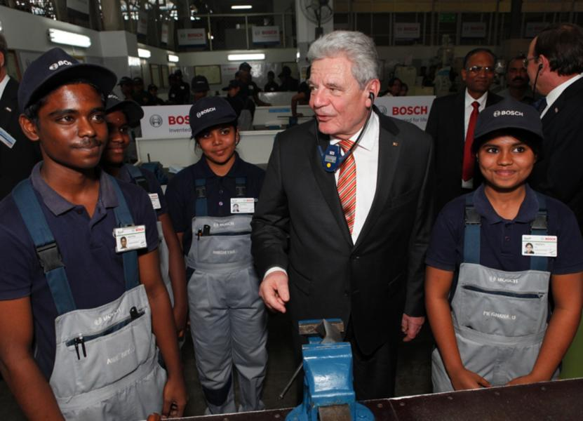 German Federal President Joachim Gauck at the Bosch Vocational Center, Bangalore. On his tour of the vocational center, the president gained an insight into the Bosch Group's activities in vocational training, and particularly how it trains young people in India for technical trades. Each year, 60 young people start a three- or four-year apprenticeship at Bosch in India. Since it was founded in 1961, the Bosch Vocational Center (BVC) has trained some 2,400 apprentices in seven trades. Foto: Bosch