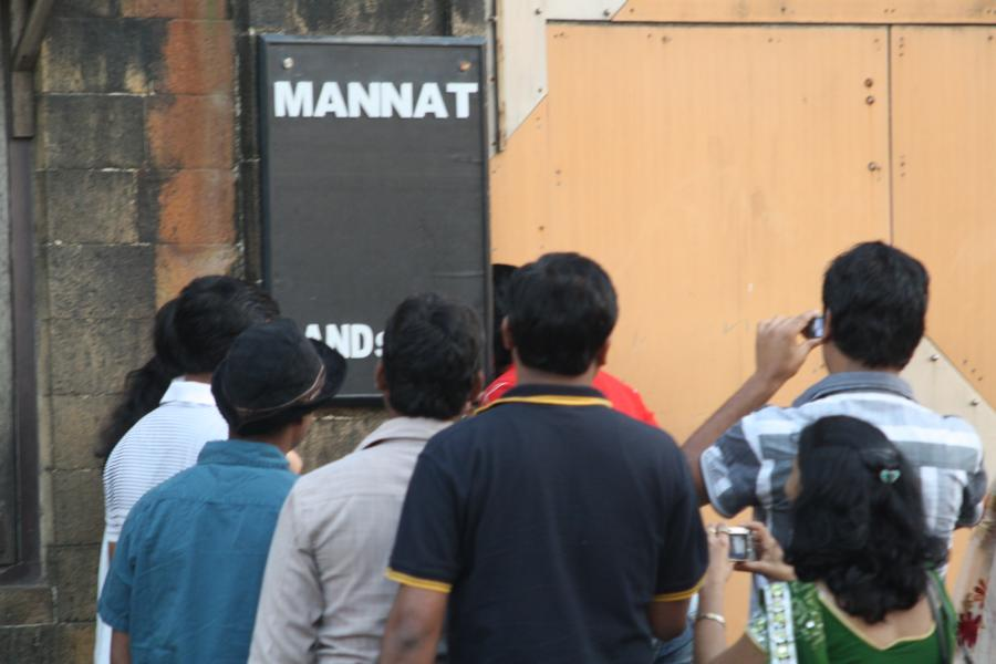 A lot of fans of bollywood actor Shahrukh Khan outside his house in Mumbai.  Photo: jowapress.de