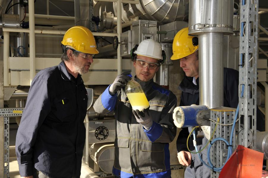 Taking a sample from the synthesis plant: Professor Jörg Sauer, spokesman of the bioliq® project (right), with the operations manager of the synthesis plant, Ulrich Galla (left), and Daniel Richter. Photo: Dr. Thomas Zevaco, KIT