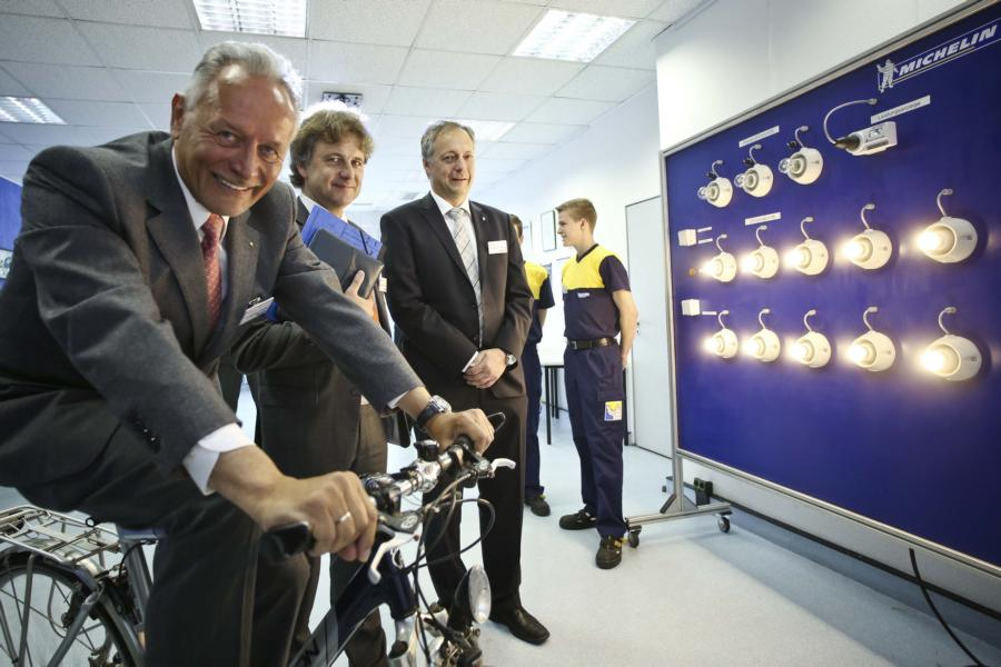 Electricity production using a bicycle is obviously fun. From left: Wolfgang Grenke, President of the IHK Karlsruhe, Dr. Frank Mentrup Mayor and Chairman of the Karlsruhe TechnologyRegion, and Christian Metzger, Director of Michelin Werk Karlsruhe  Foto: Michelin